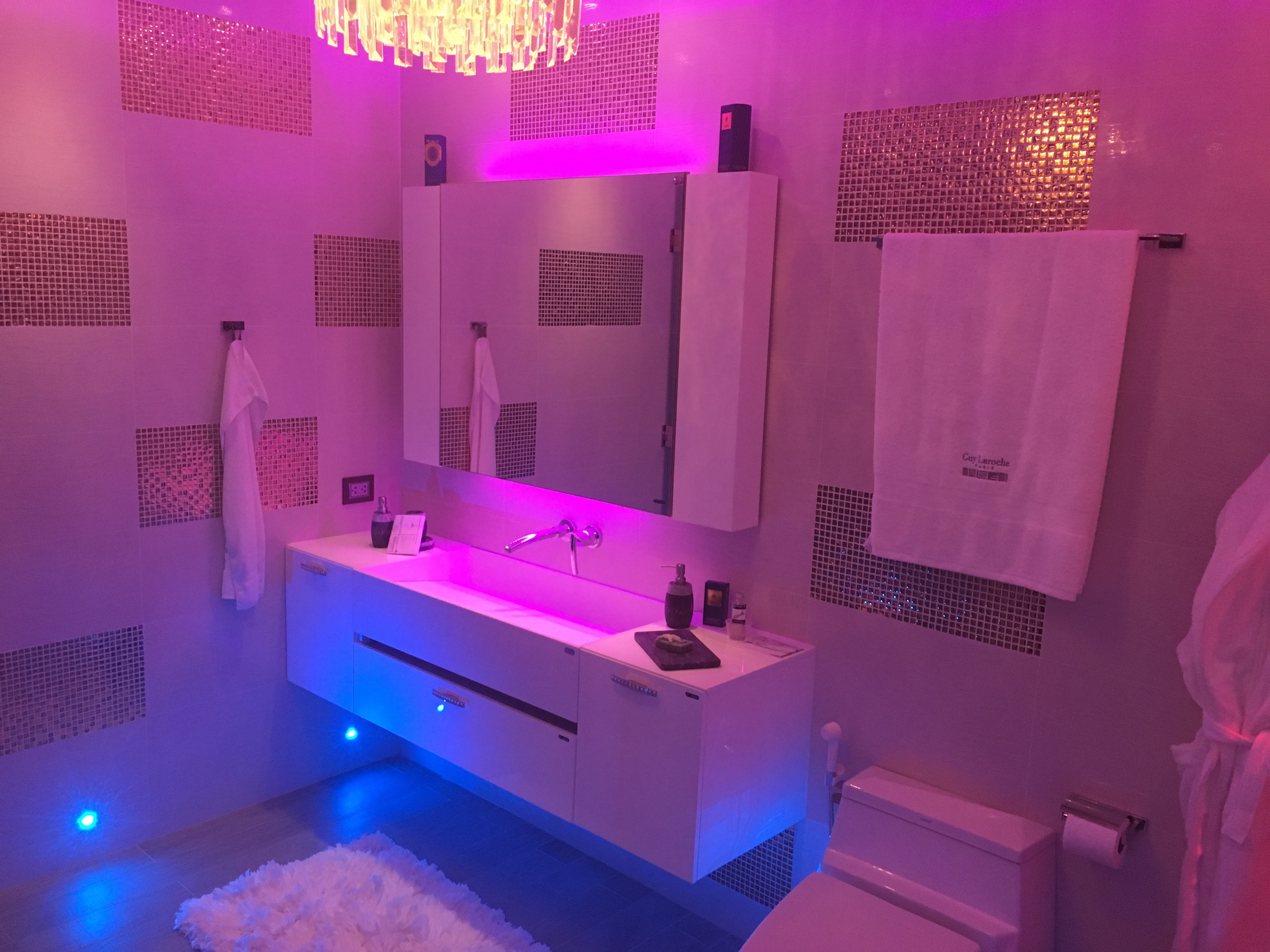bathrooms (6)